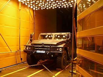 Ensoleillement et banc à rouleaux sur un véhicule blindé dans la soufflerie S6